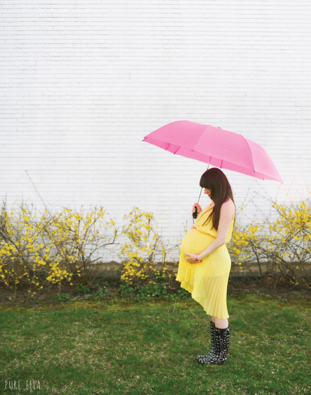 Pure-Ella-Pregancy-Photography-yellow-dress-with-umbrella