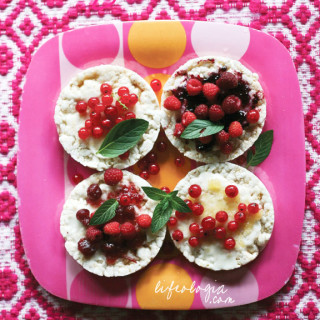 healthy summer snacks : fruity rice cakes